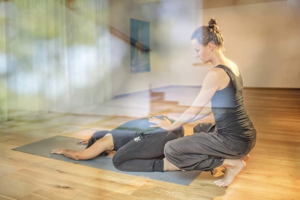 Magdalena Tauber beim Yoga-Unterricht