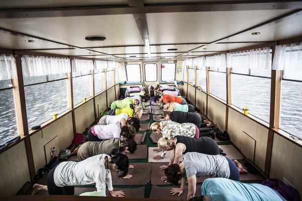 Yoga am Schiff beim Yogafestival 2017 DIE WASNERIN