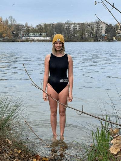 Kathi badet regelmäßig in der Donau und in den Kärtner Seen. Die Jahreszeit spielt dabei keine Rolle.